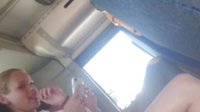 Jolie chatte film pour adulte streaming vf d'un jeune amateur après stimulation des doigts.