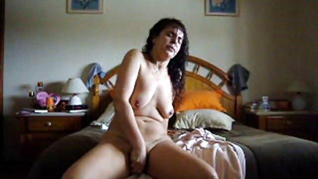 Un jeune fan fait un porno adulte video basketteur déchirer son pantalon et lui faire l'amour.