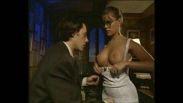 Blonde Ivre adulte sucer papystreaming film adulte la bite de son fils dans un bar devant les invités.