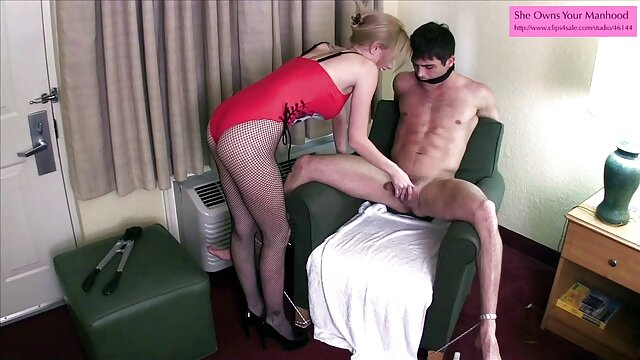Topless fille est en feu en essayant de faire l'amour au xxx adulte gratuit lit avec un étranger.