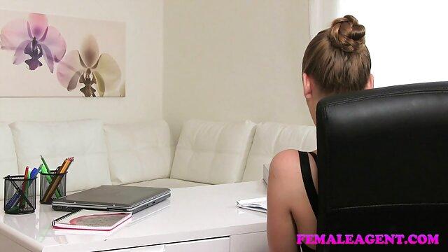 Petite amie regarde dans leurs costumes et ce qu'ils film porno gratuit pour adulte ont sous eux.