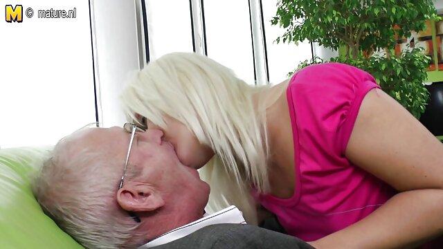 Un jeune modèle porno qui doit jouer avec un vieil film adulte online homme laid.