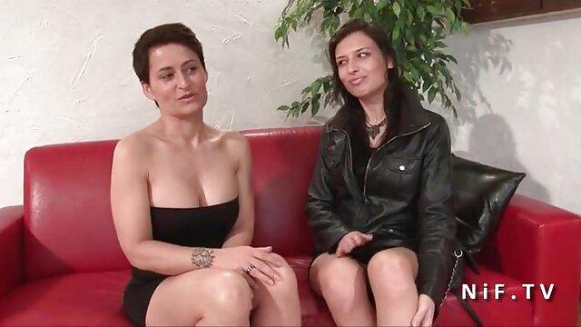 Hongrois babe Sabrina tube adulte porno baisée les deux trous par un couple de bites.