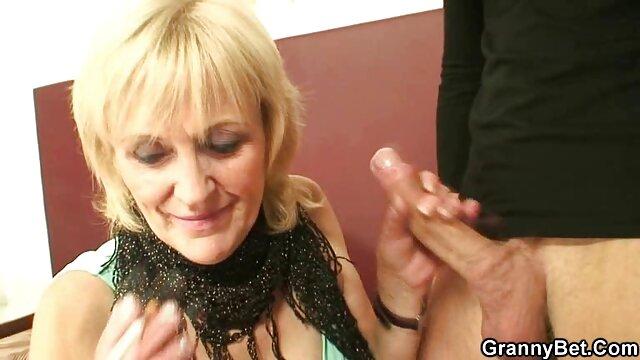 L'infirmière vérifie streaming complet adulte le pouls du patient par action, Fellation.