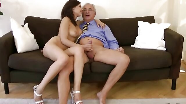 Le jeune modèle porno baise violemment avec un petit ami sur tube adulte porno le canapé.