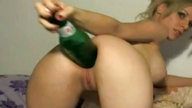 Une jeune fille aux cheveux bruns branle avec succès son manga porno adulte phallus et n'oublie pas la chatte