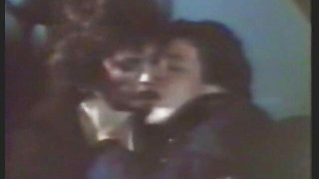 Une femme adulte ne résiste pas et suce des bites dans un films x gratuits pour adultes trou dans le mur.