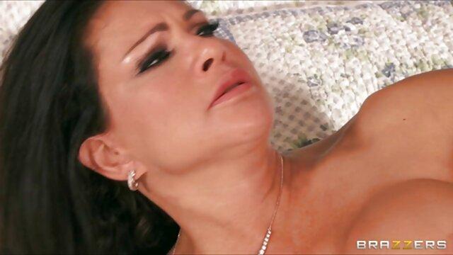 Une actrice sexy a film adulte francais une bite dans sa chatte et son cul.