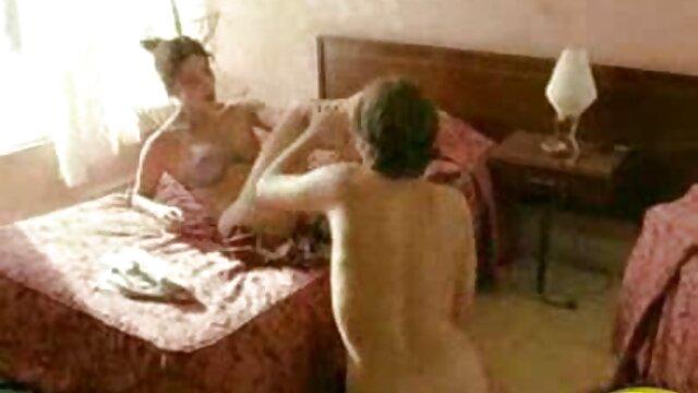 Trois jeunes lesbiennes s'amusent dans vidéo adulte amateur la salle de bains.