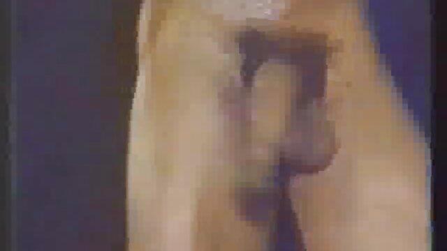 Adulte blonde film manga pour adulte de fumer et de montrer un méchant corps en cuir