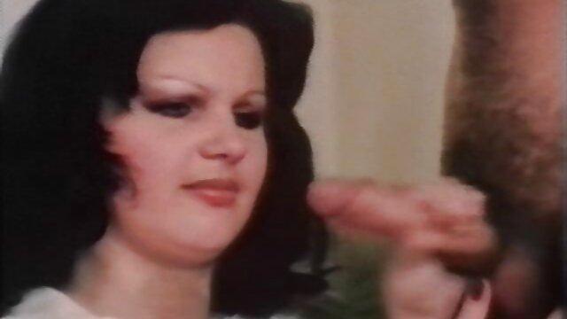 Une femme adulte permet à un homme de jouer à des jeux sexuels avec film pour adulte x des poupées gonflables.