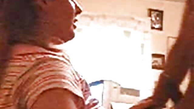 Un jeune modèle porno film adulte en streaming apporte un homme noir et teste sa bite chaude.
